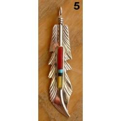 Pendentif zuni. Plume en argent et pierres multicolores