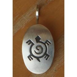 Pendentif navajo, médaillon en argent brossé avec tortue stylisée.