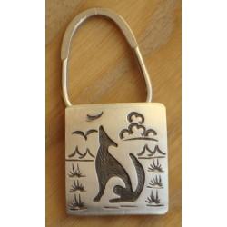 Port-clefs hopi en argent brossé avec coyote stylisé.